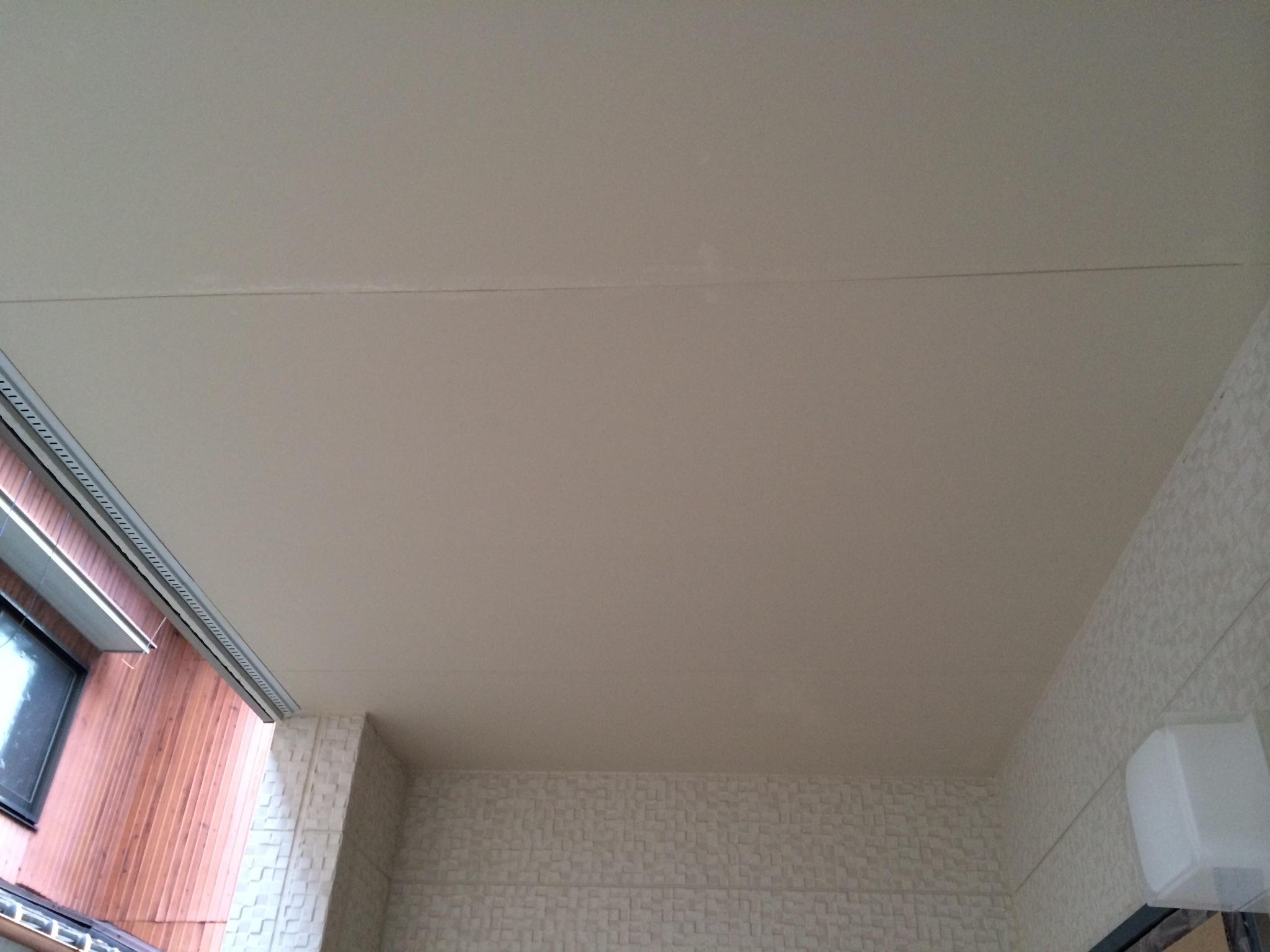 愛知県あま市での新築アパート軒天塗装工事をご紹介します。 ビス穴と呼ばれるものを、パテで埋めてか...