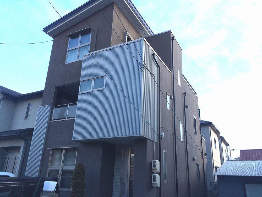 名古屋市中村区のI様邸、外壁塗装工事をご紹介させていただきます。 築10年で外壁の色が抜けてきたこ...