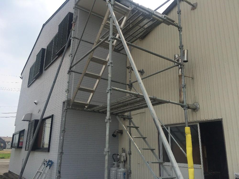 <p>屋根のみなので足場階段設置です</p>