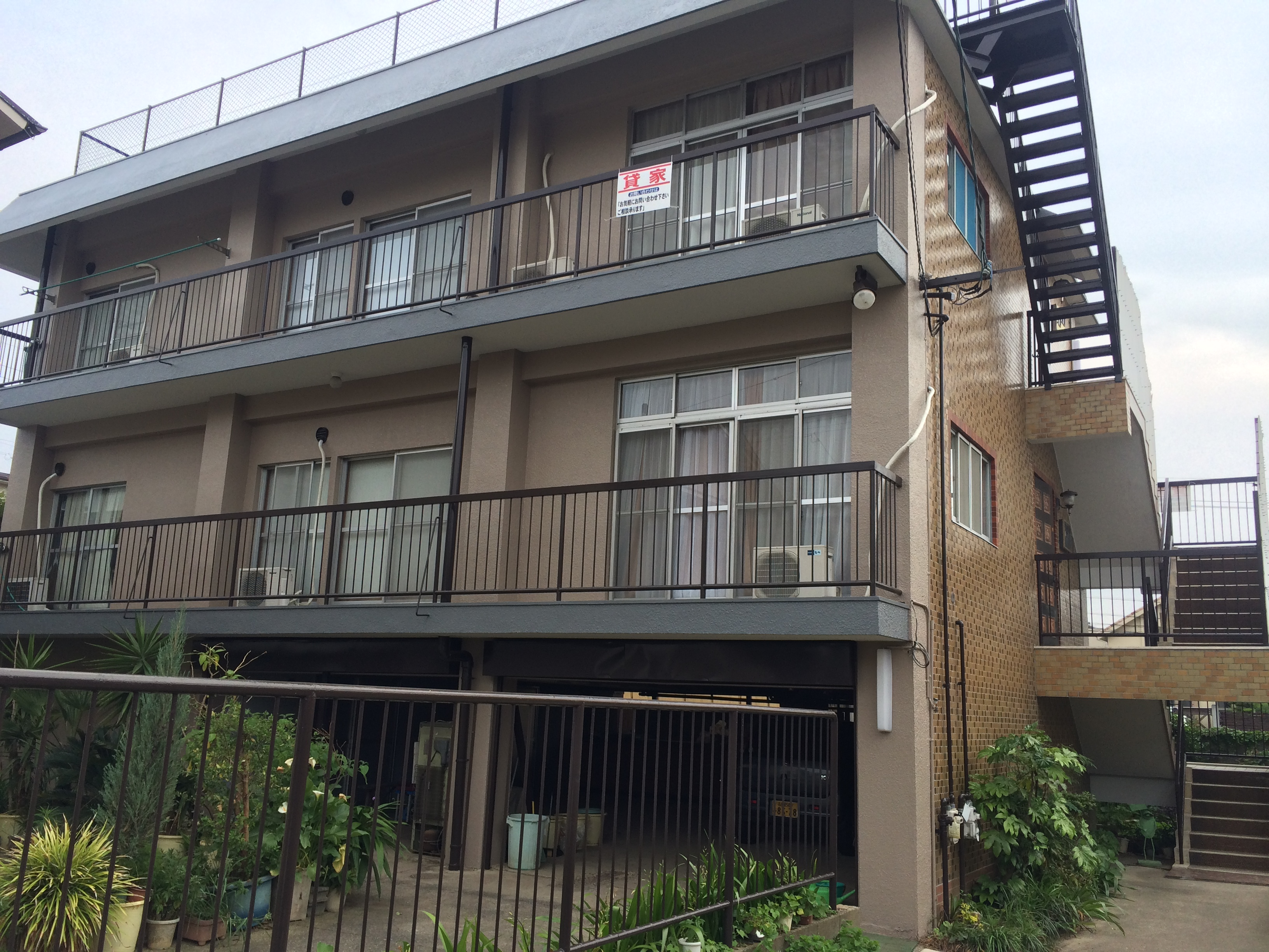名古屋市名東区、T様邸 外壁塗装工事をご紹介させていただきます。 築40年。外壁の旧塗膜がボロボロ...