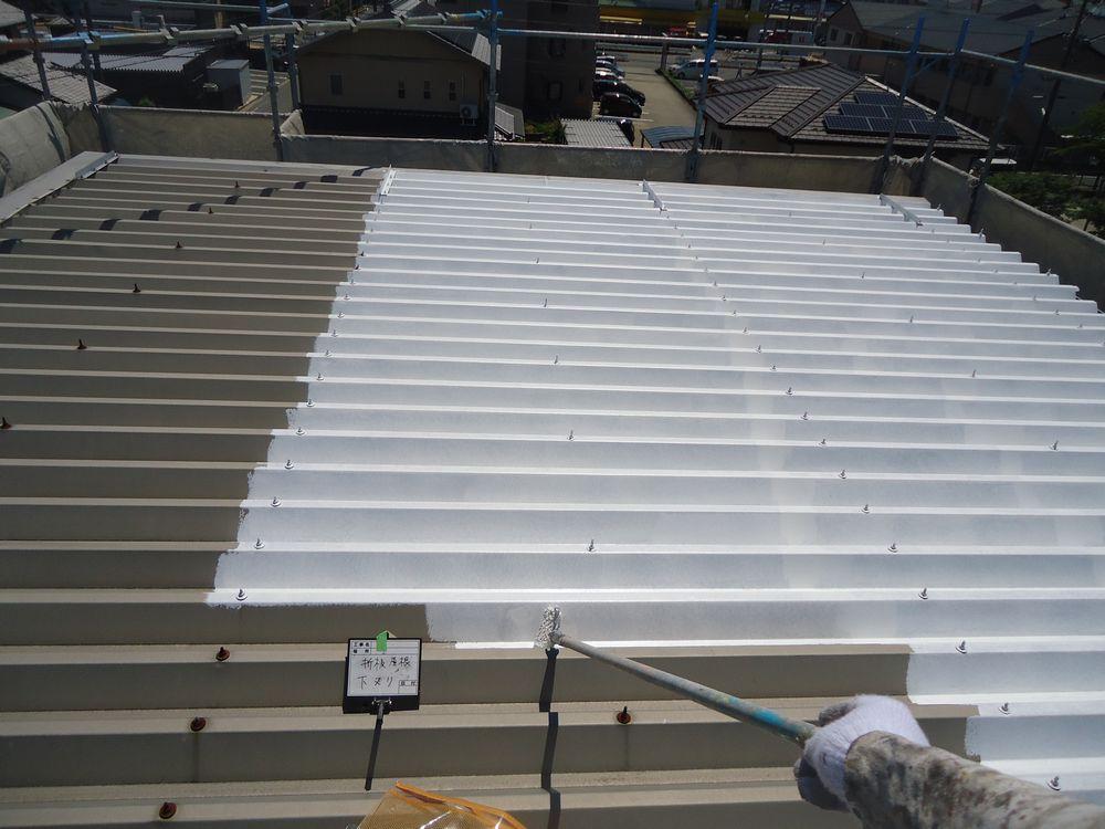 <p>屋根・折半  下塗り中です</p>