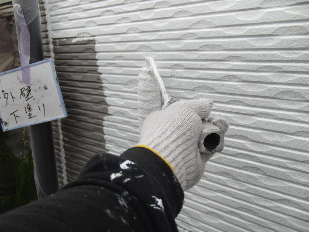<p>外壁・窯業系サイディングボード 下塗り中です。一番大事な工程です</p>