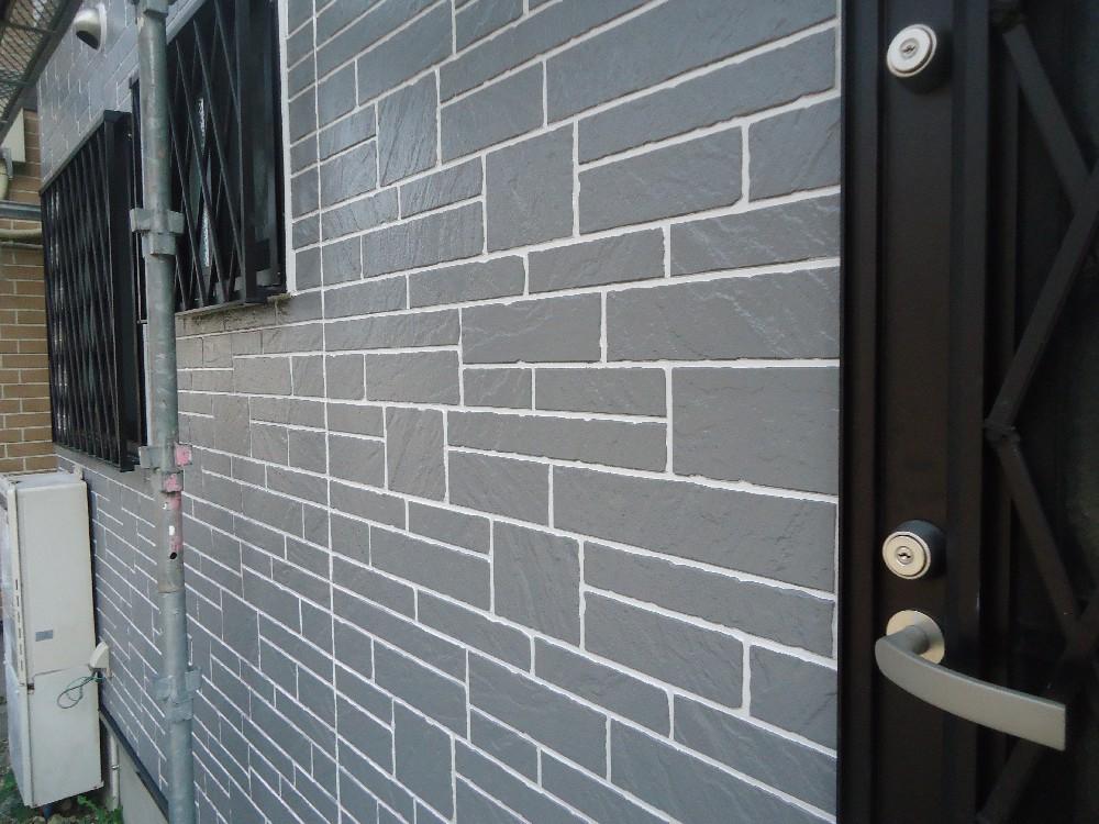 <p>外壁 塗装完了です。タイル再現工法で塗装してあるため、しっかりとタイル調が生きています</p>