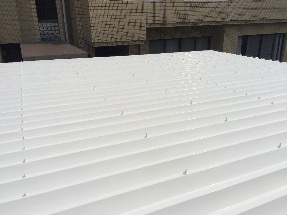 <p>折版屋根 完成です。</p> <p>折版屋根塗装前→約70度 塗装後→40度  触っても熱くありません。</p>