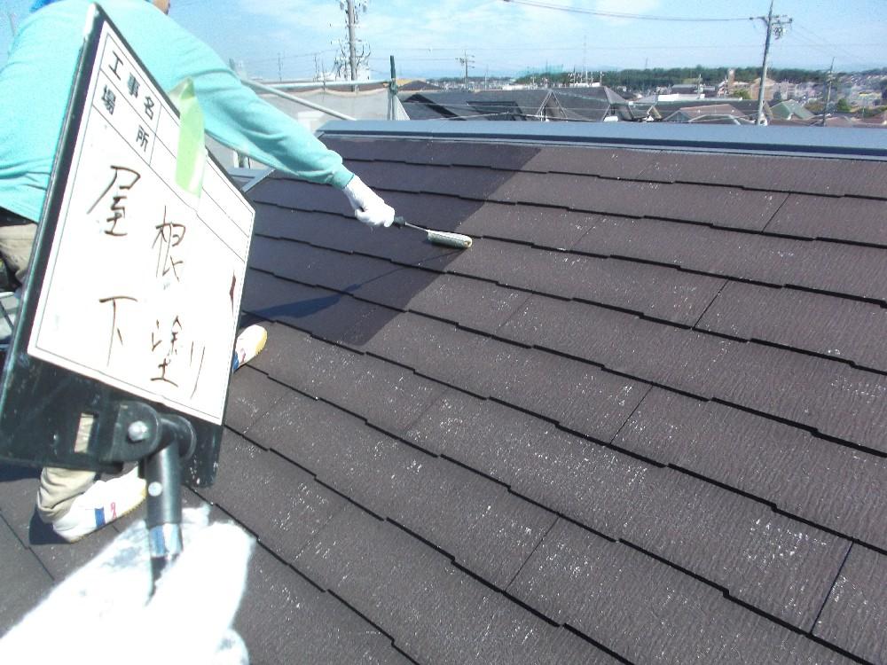 <p>屋根・カラーベスト 下塗り中です。</p> <p>たっぷりと吸い込ませます</p>