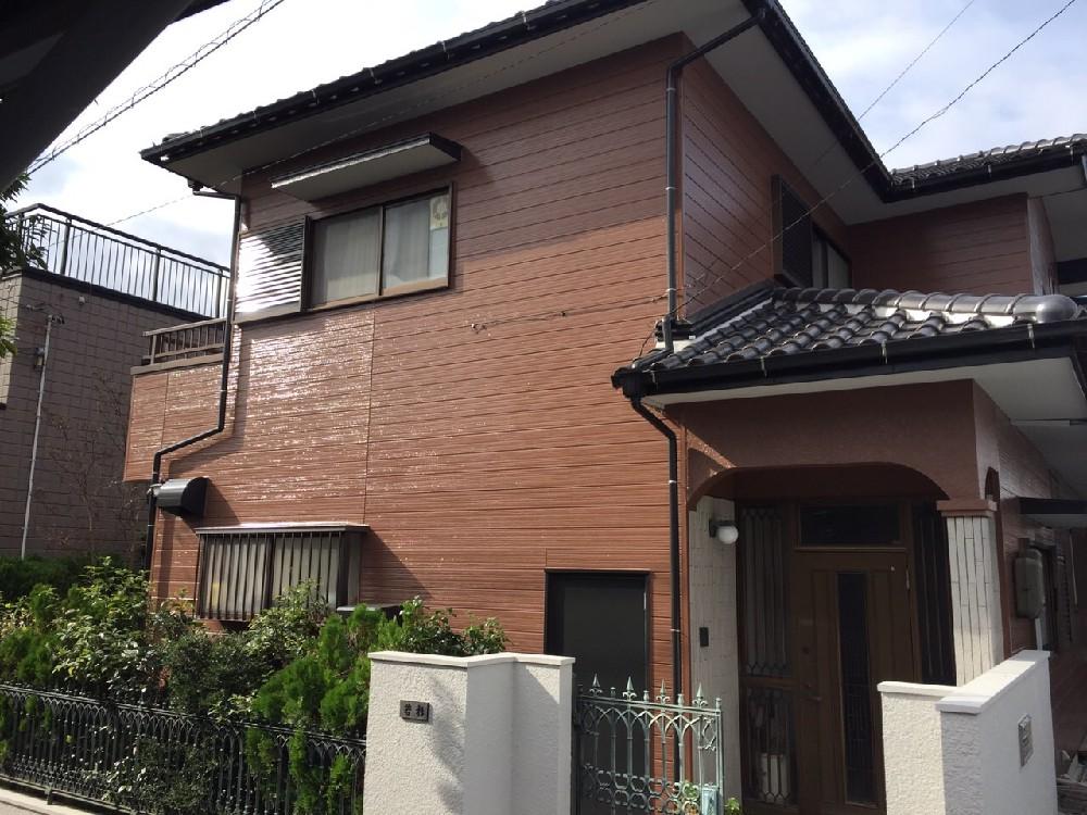 築26年。 初めての塗装工事でのご依頼で、 外壁には築年数相応のチョーキングが確認でき、屋根瓦の...