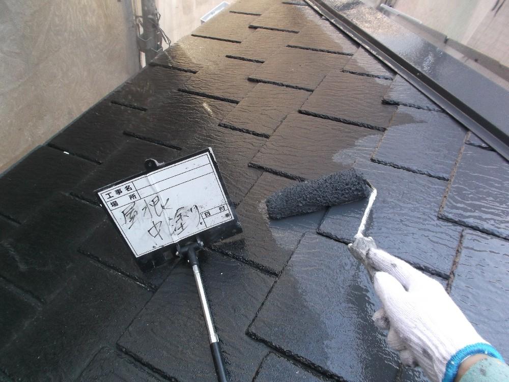 <p>屋根・カラーベスト 中塗り中です</p>