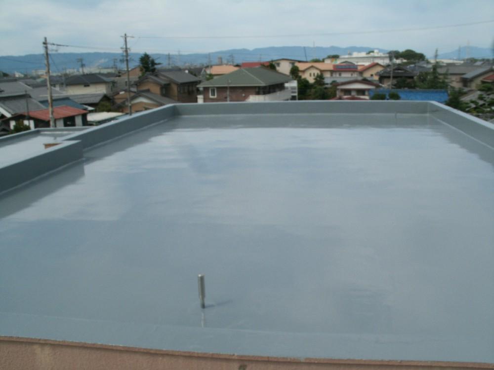 <p>屋上 防水完了です。 煙突のようなところより空気が抜けるようにできています。こうすることで防水層の膨れを軽減できます。</p>