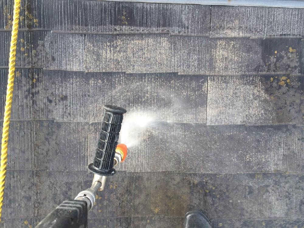 <p>屋根・カラーベスト 高圧洗浄中です</p>