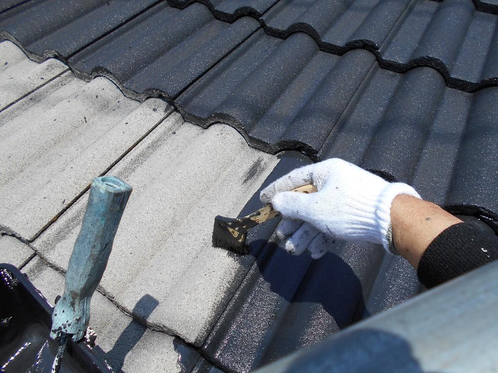 <p>屋根・モニエル瓦 中塗り中です。</p>