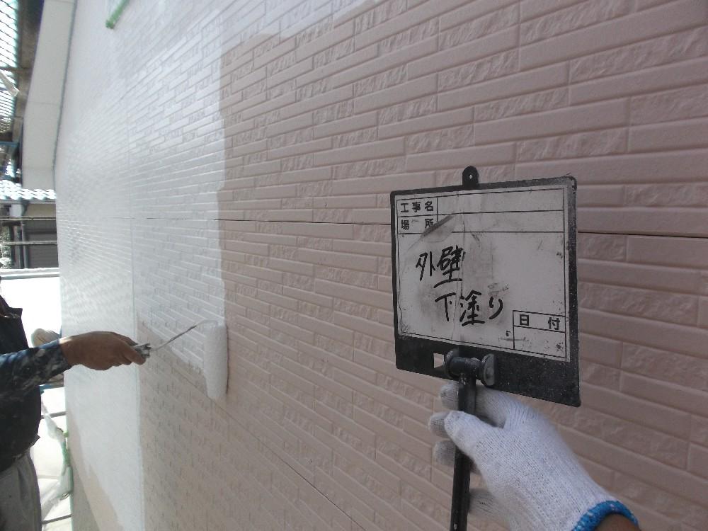 <p>外壁 平滑面  下塗り中。</p> <p>今回は下塗りをサイディングによって変えてあります。密着の兼ね合いによって。</p>