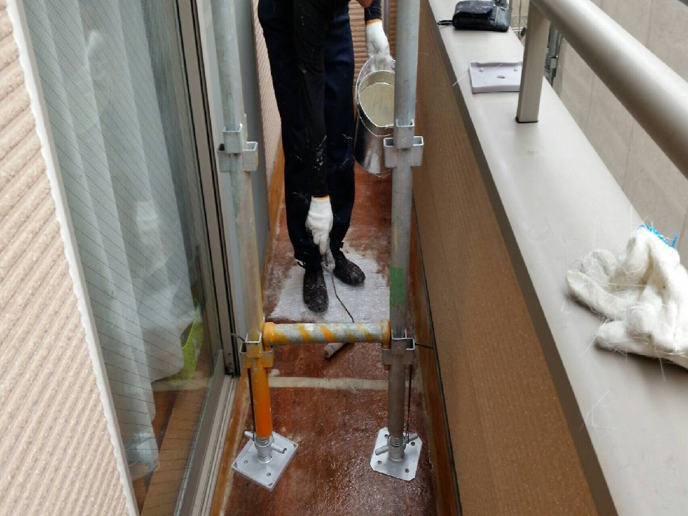 <p>ベランダ防水 FRP塗布中です。</p> <p>下地をつくってからFRP防水を行いました。</p>