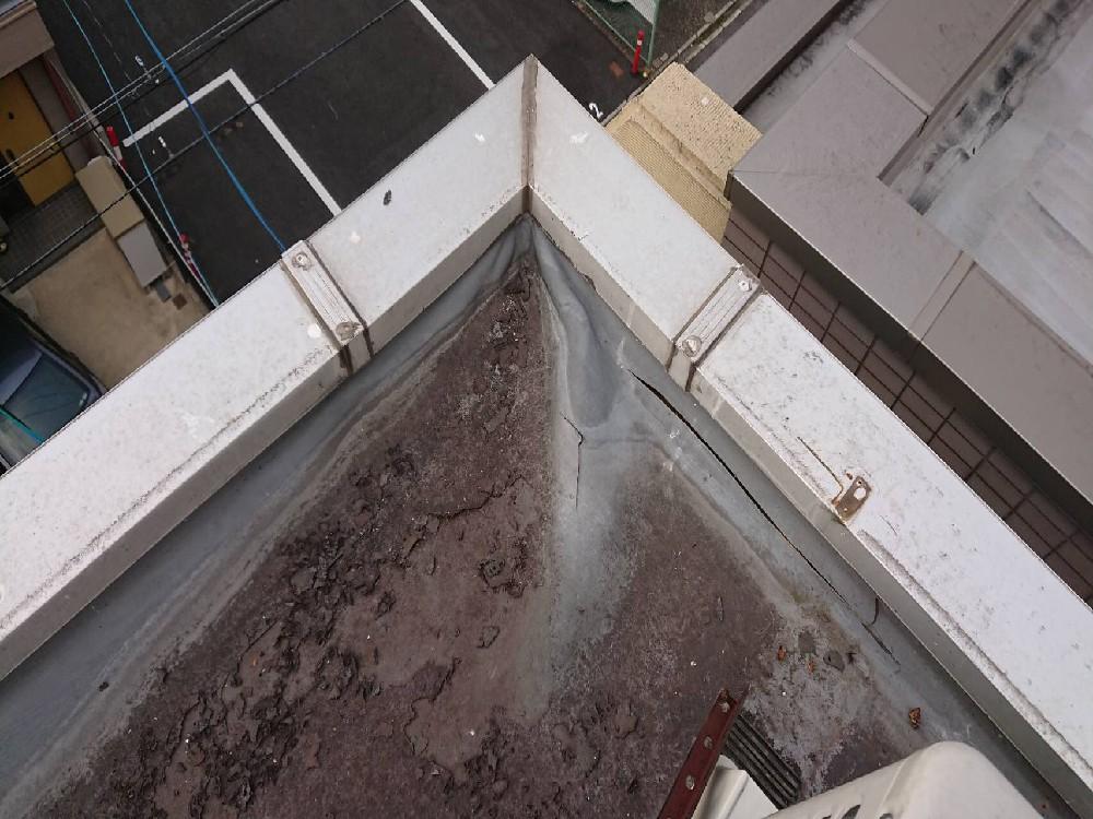 <p>施工前</p> <p>シート内に水が浸入し膨れています。</p>