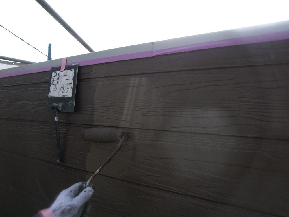 <p>外壁中塗り中</p>