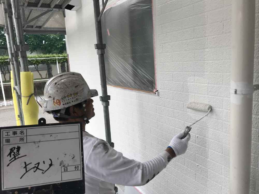 <p>マ外壁上塗り中です。</p> <p></p>