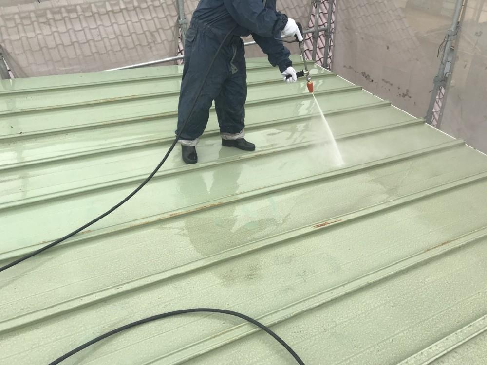 <p>高圧洗浄中です。</p> <p>屋根も塗装範囲になります。</p>