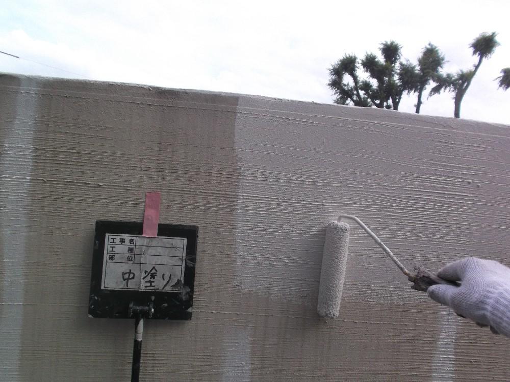 <p>擁壁 塗装中です。</p> <p>ナノコンは汚れやすい塀なんかにも最適な塗料です。</p> <p></p>
