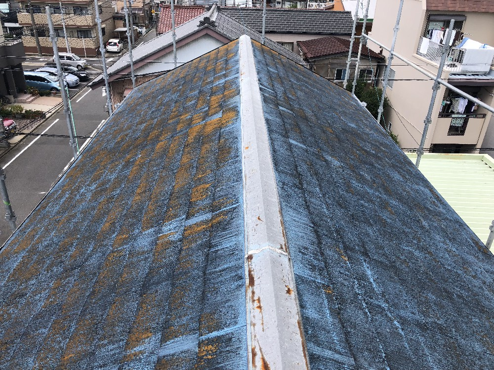 <p></p> <p>屋根 施工前です。</p> <p>コケ、藻、錆汁がついています。</p> <p></p>