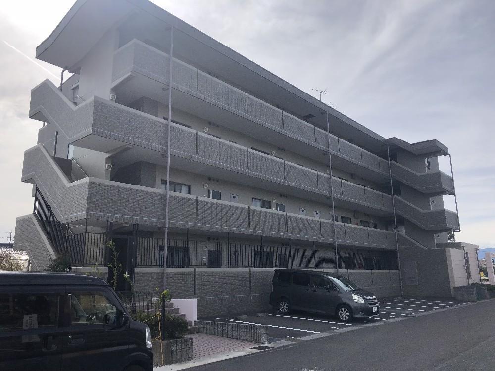 羽島市 フローラタウンH 修繕工事のご紹介をさせて頂きます。 築15年ほど。 外壁にクラックなどが...