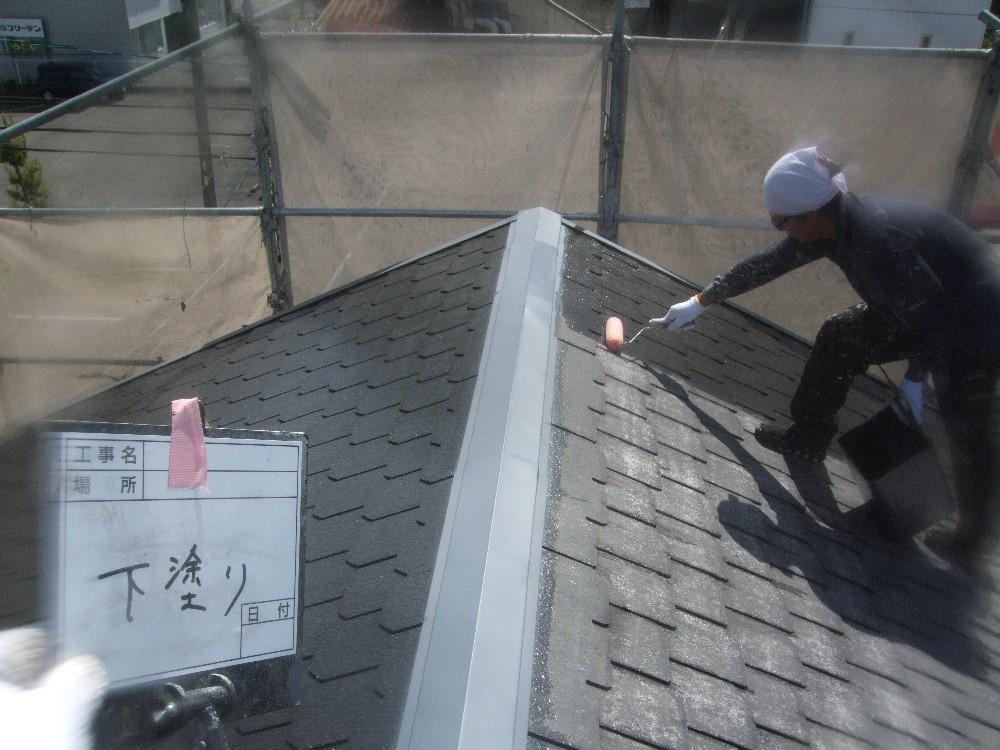 <p>屋根下塗り中です。</p> <p>しっかりと吸い込ませていきます。</p>