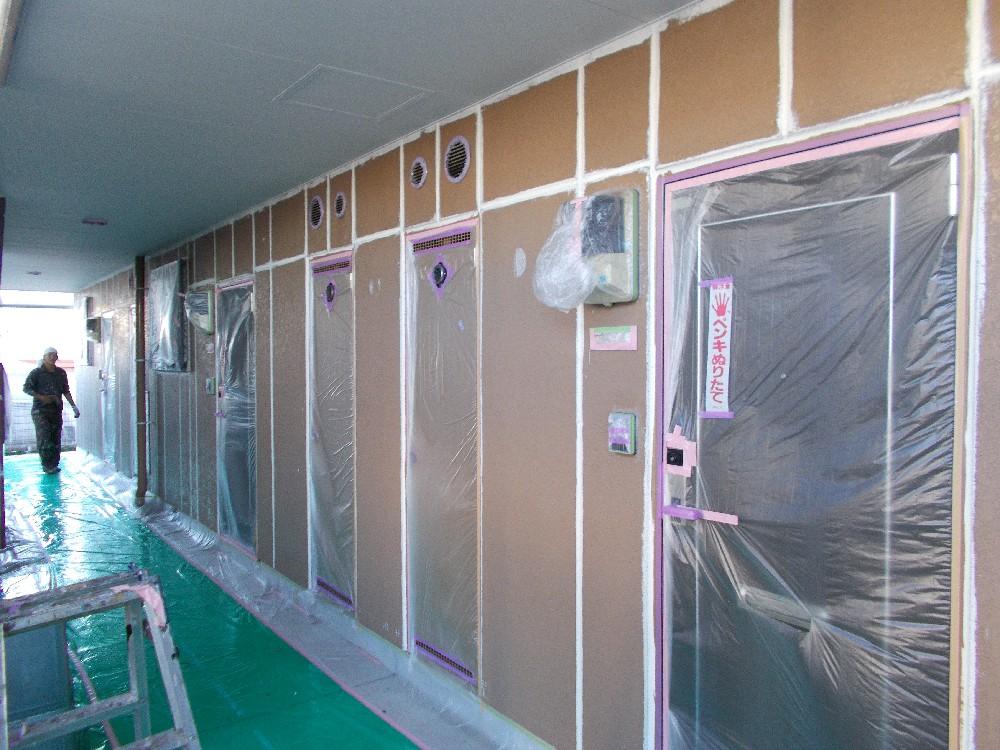 <p></p> <p>目地コーキング処理後 塗装施工前です。</p> <p>この様に塗装前には、目地にはコーキング処理が必要です。</p>