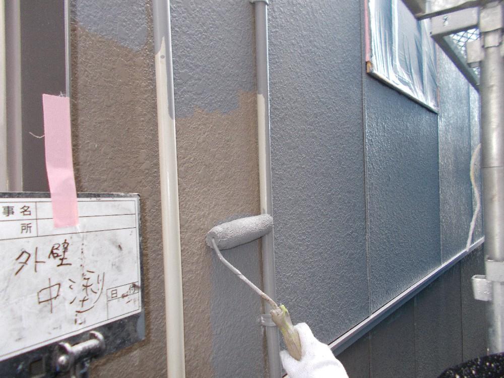 <p></p> <p>外壁 中塗り中です。</p> <p>この後もう一度上塗りを行います。</p> <p></p>
