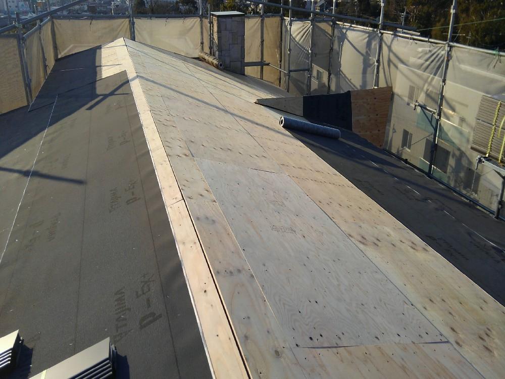 <p></p> <p>屋根ルーフィング施工中です。</p> <p>下地合板施工後、雨をシャットアウトするためのルーフィング(防水シート)が必要です。</p> <p></p>