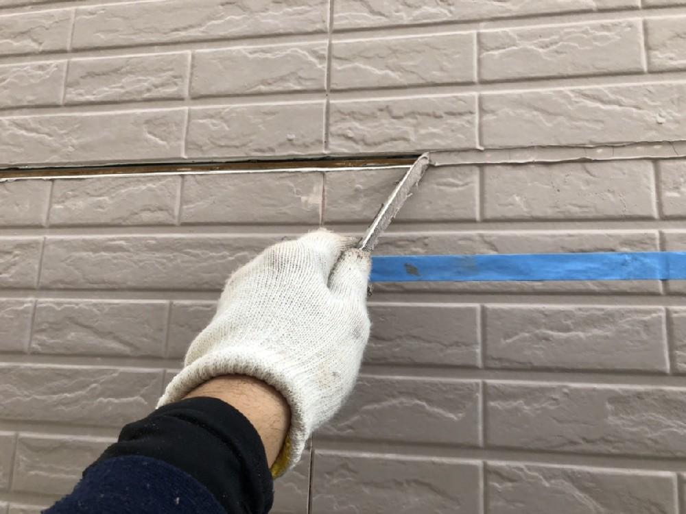 <p></p> <p>コーキング撤去中です。</p> <p>サイディング塗り替え工事では必ず必要な工事です。</p> <p></p>