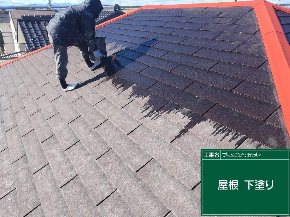 <p></p> <p>屋根カラーベスト 下塗り中。</p> <p>カラーベストは塗料を吸い込んでいくため、たっぷりと塗っていくことが大切です。</p> <p></p>