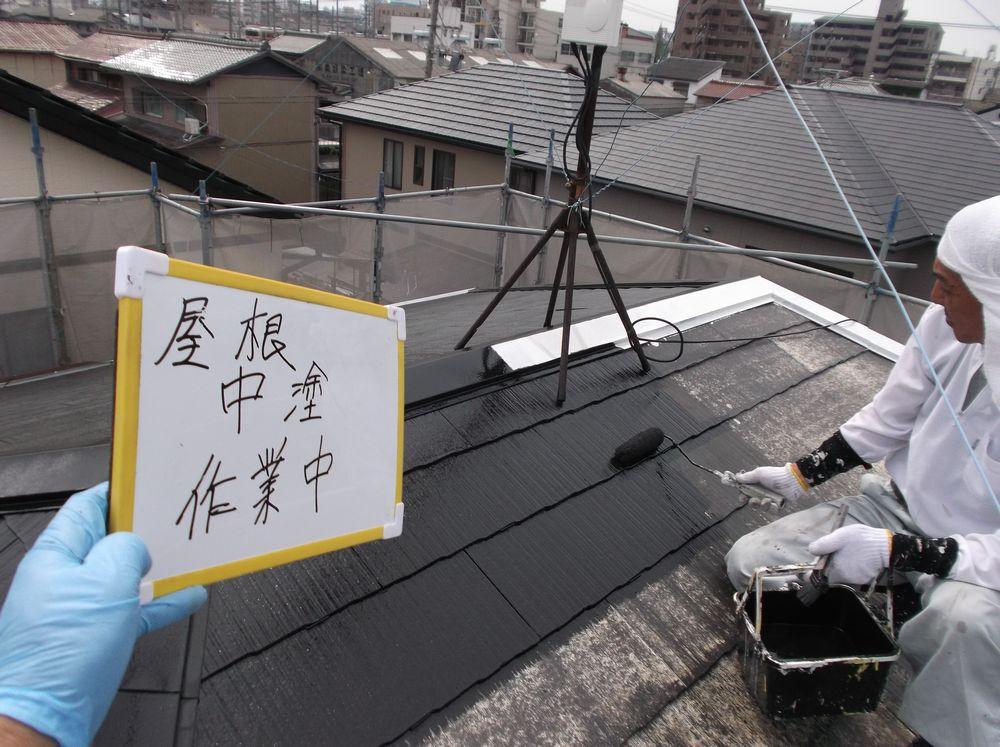 屋根カラーベスト中塗り中です。