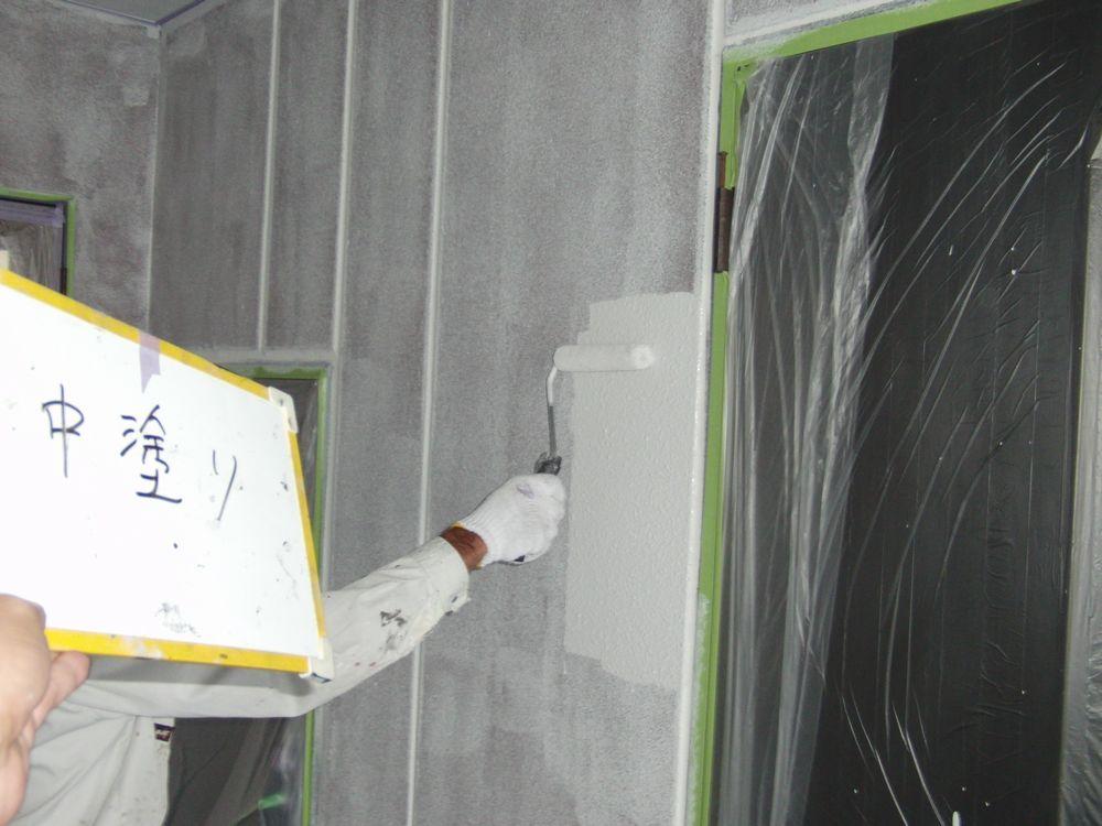 一階部分の外壁ALCの中塗り作業中です