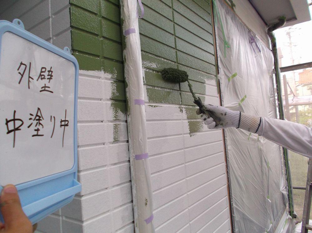 外壁中塗り作業中です