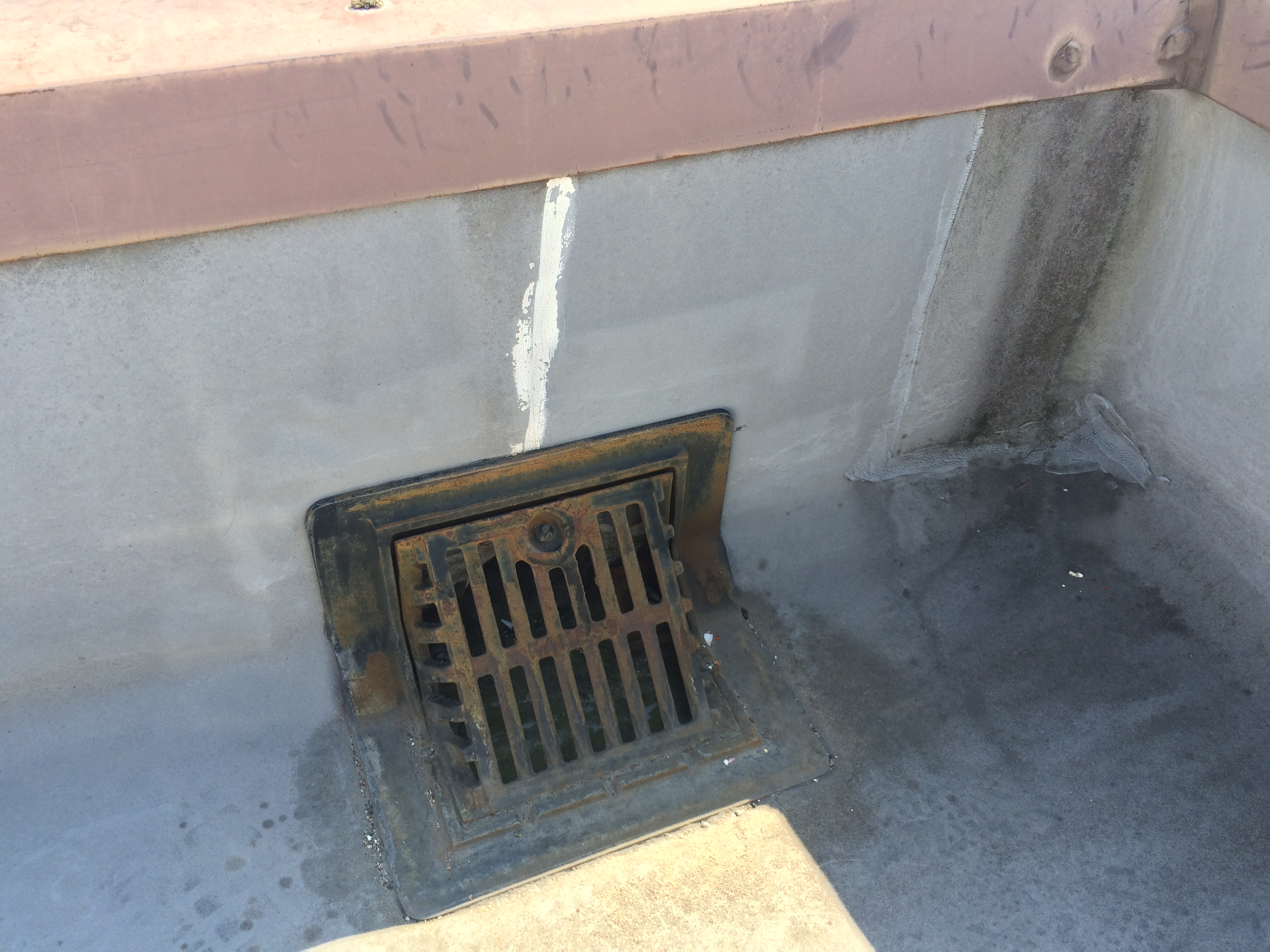 防水施工前です。上がってみるとこのように小手先だけの補修がしてありました。