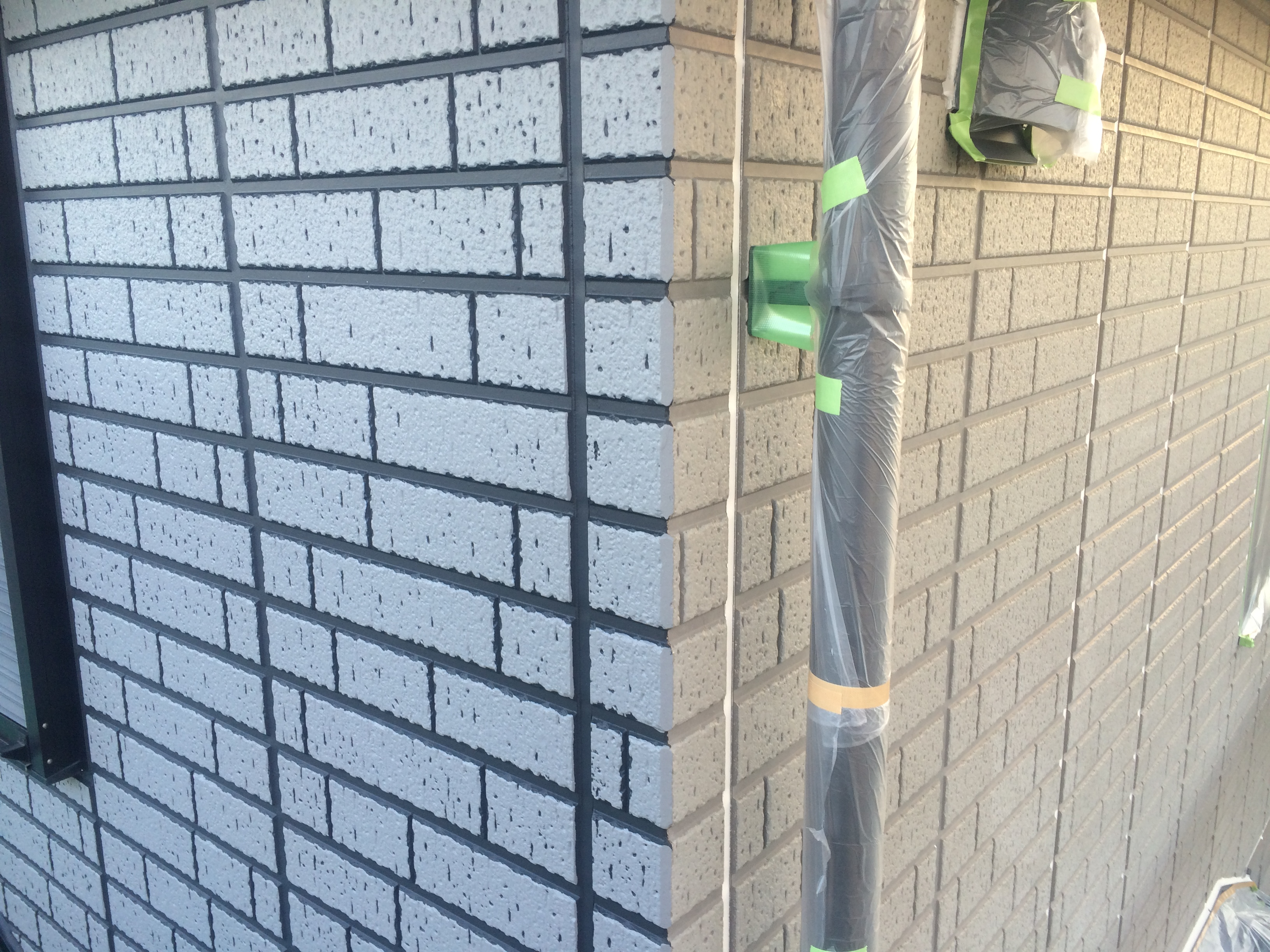 左半分がタイル調に塗装済みで右半分がこれから塗装する未塗装の面です。
