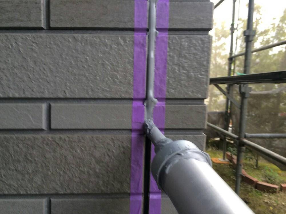 シーリング打ち替え中です。通常の塗装と違い、クリアはシーリングの上から塗装できな