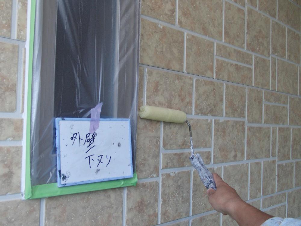 サイディング下塗中です。活性状態のボードは塗料がくっつきにくいので、特殊な下塗材