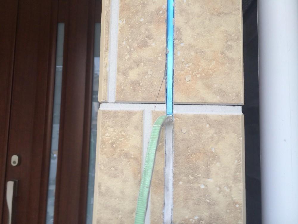シーリング撤去中です。サイディングのお家の場合は必ずシーリングを撤去・打ち替えを