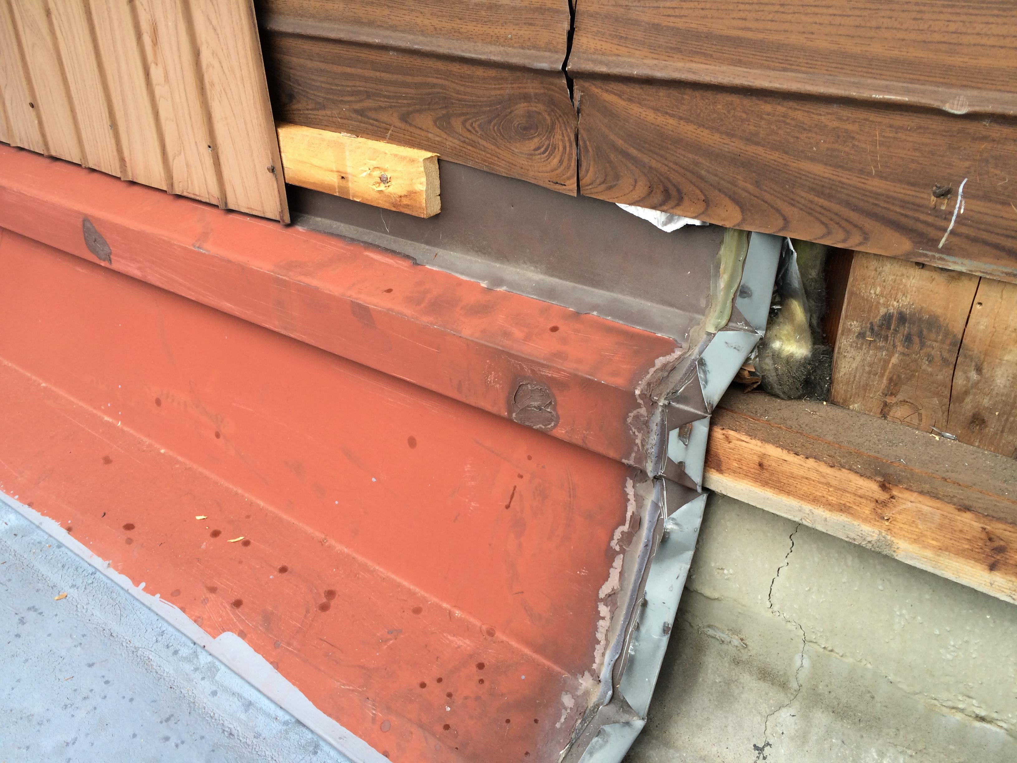 板金をカットした様子です。下地のクラックと板金の形状により、雨漏れしていました