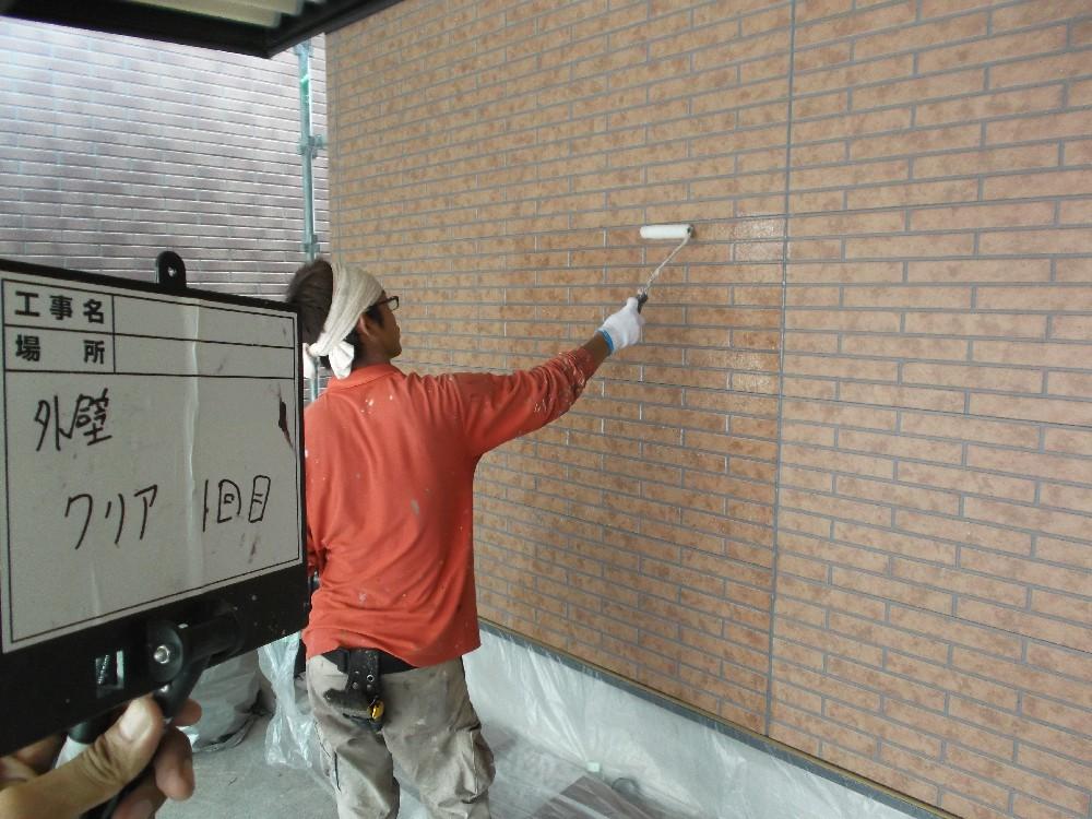 タイル調サイディング クリア塗装 一回目です。艶を落とした仕上げをする場合でも、