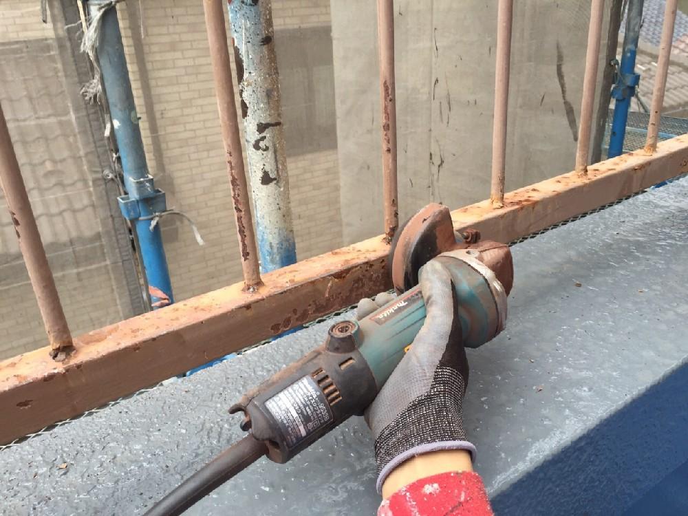 鉄部 ケレン中です。 かなり錆が進行していたため工具にてしっかり落す選択をしまし