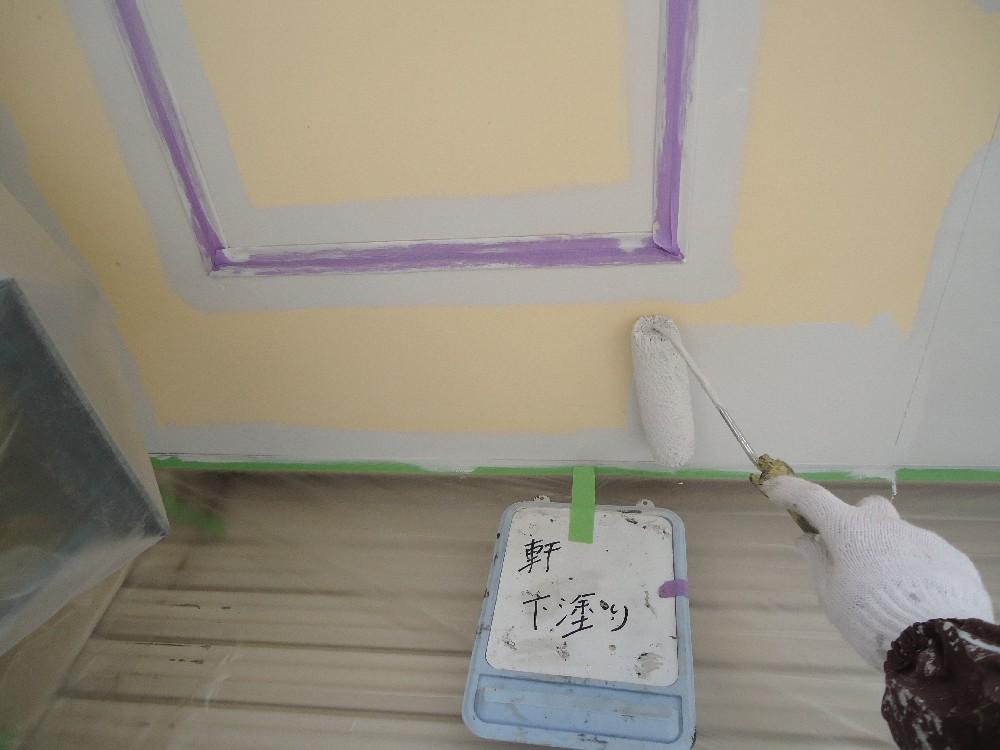 軒天 下塗り中です。色を白にすることで明るく感じれるようになります。