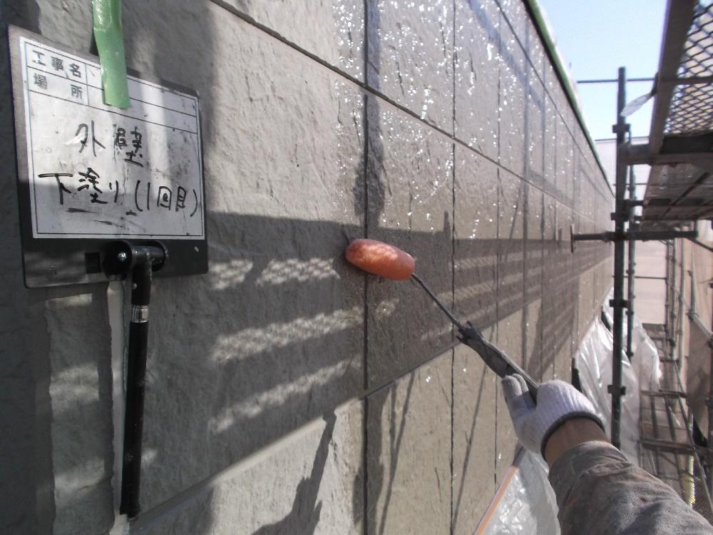 外壁 下塗り1回目です。チョーキングが激しかったため、下塗回数を増やし、塗料の密