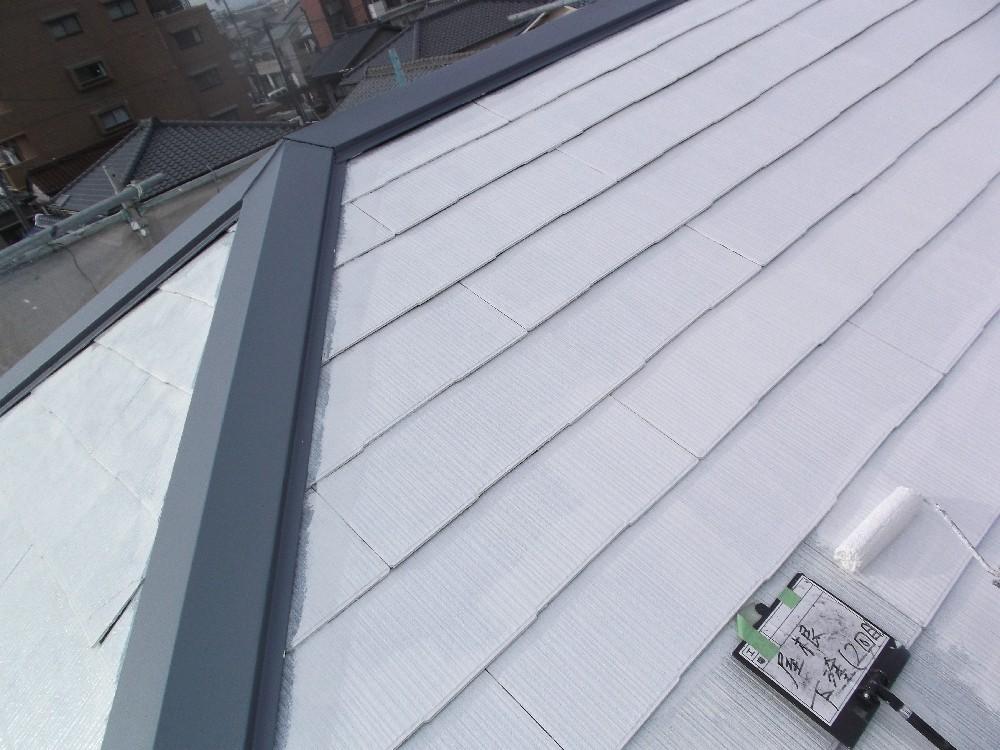 屋根 カラーベスト 下塗り2回目です。吸い込みが多かったため下塗りを2回入れ