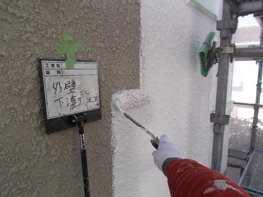 外壁・窯業系サイディングボード 下塗り中です。