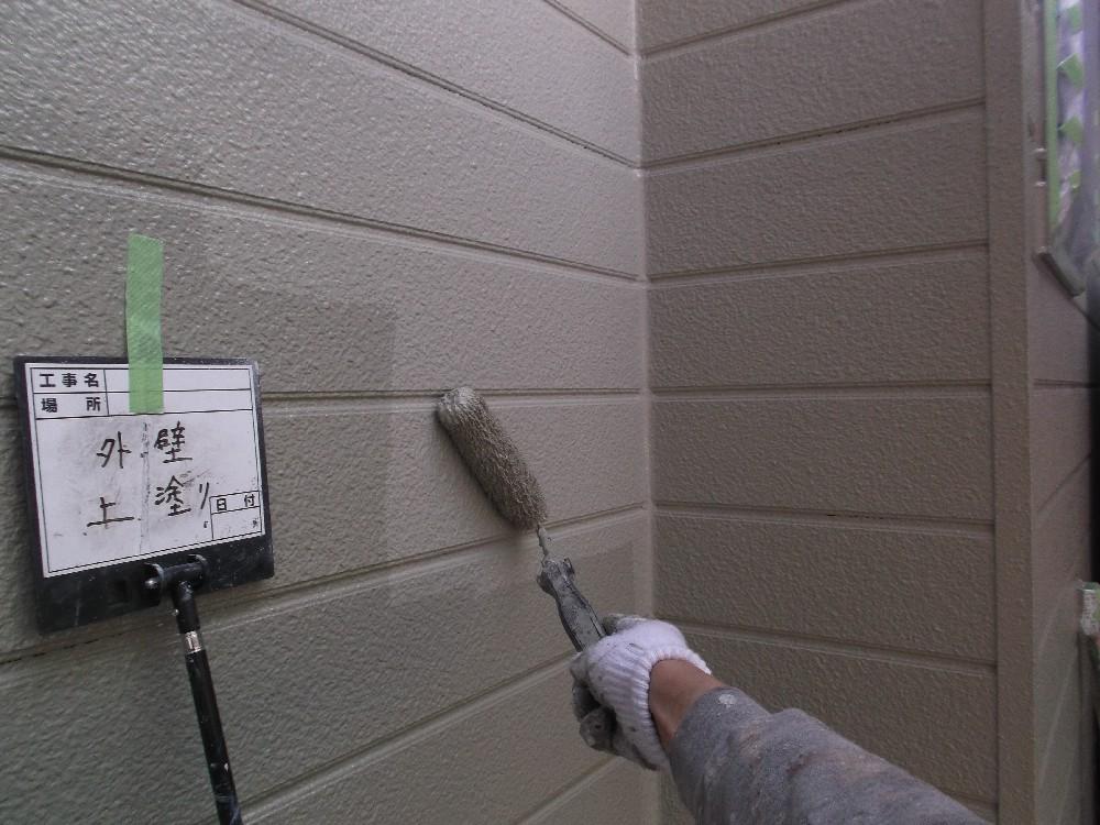 外壁・窯業系サイディングボード 上塗り中です。同じ材料で2回塗ることで上塗り