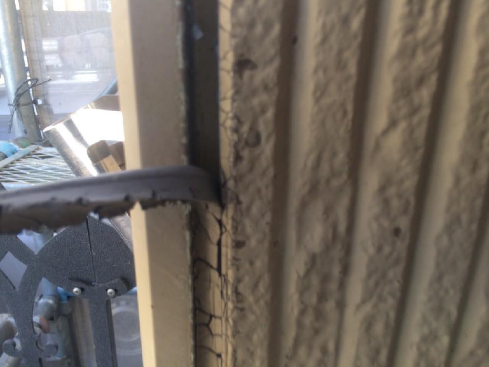 シーリング 打ち替えの為の撤去中です。サイディングの塗り替えの際は必須です。