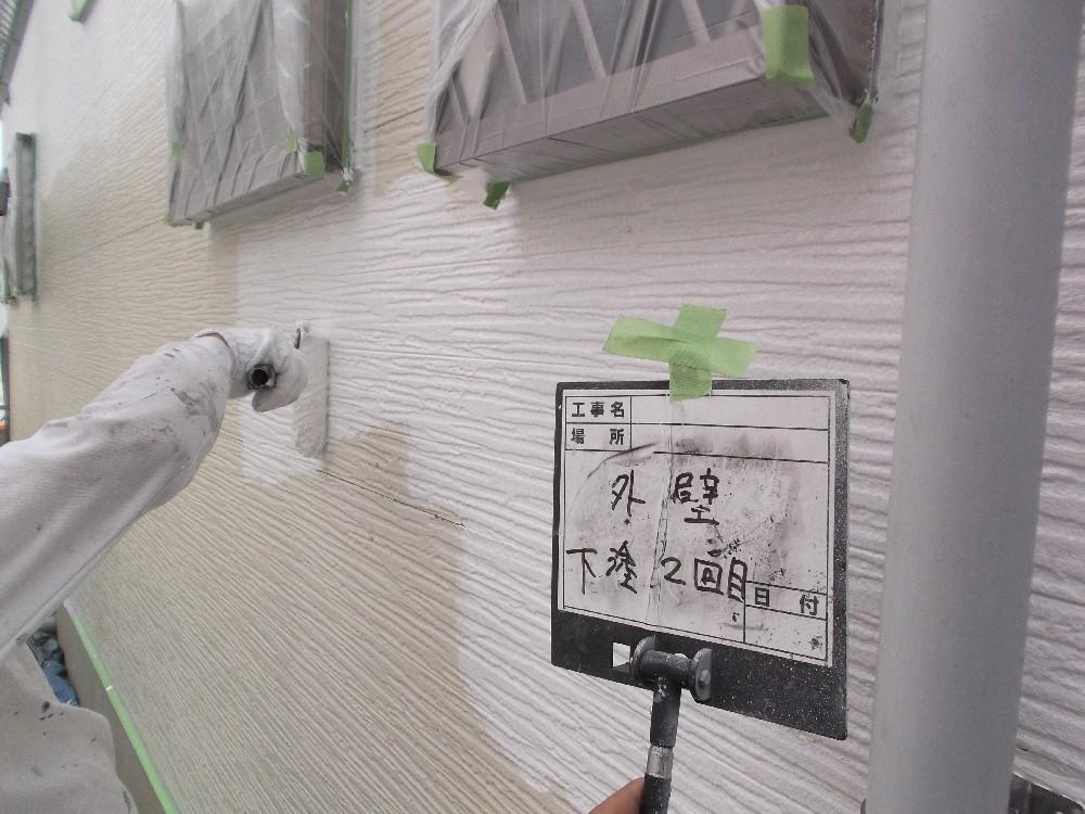 外壁・窯業系サイディング 下塗り中です。