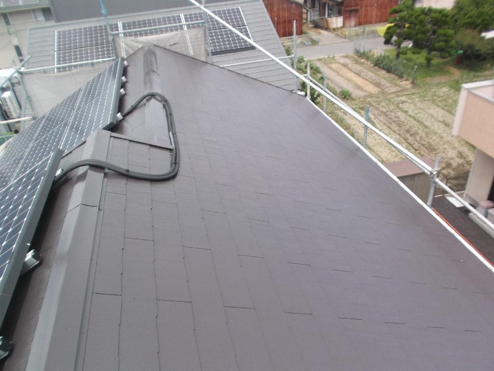 屋根・塗装完了です。太陽光パネルがあっても塗装可能です。