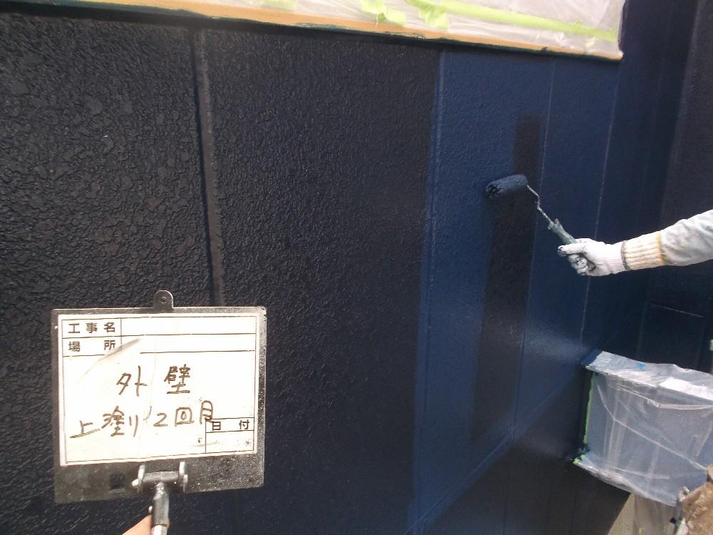 外壁ALC 上塗り2回目中です。色が鮮やかなため、通常の中塗り上塗りだけでは