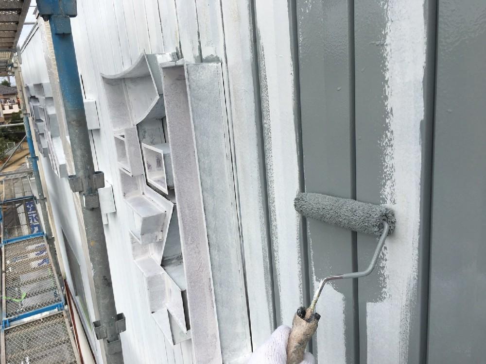 外壁トタン 中塗り中です。